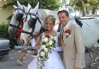 Bride & Groom arrive in horse & carriage